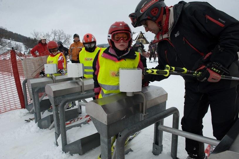 Dzieci podcza zajęć w szkole jazdy na nartach. Zdj. ilustracyjne /Tadeusz Koniarz /East News