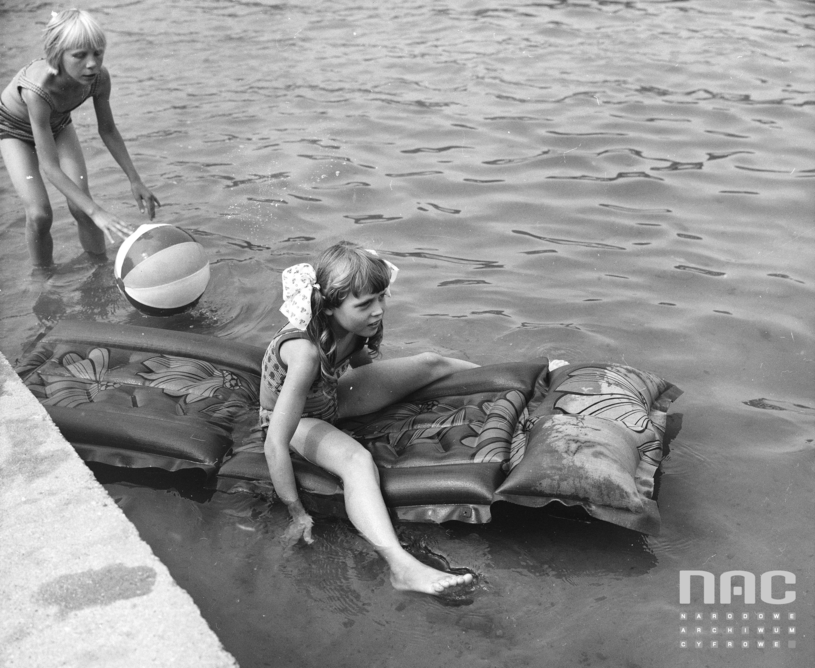 Dzieci podczas kąpieli w jeziorze, autor: Grażyna Rutowska / Narodowe Archiwum Cyfrowe /materiały promocyjne