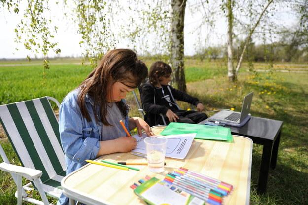 Dzieci podczas zajęć szkolnych online, /Rafał Guz /PAP