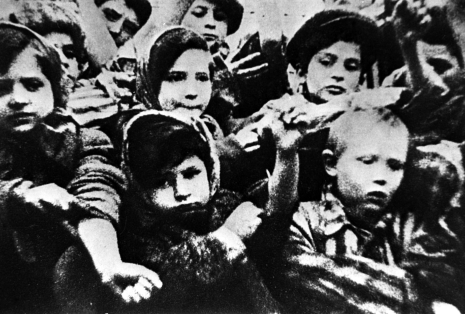 Dzieci pokazujące swoje nr obozowe wytatuowane na ramieniu, zdjęcie zrobione tuż po wyzwoleniu Auschwitz / ITAR-TASS    /PAP
