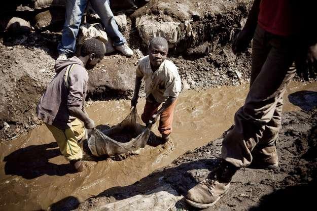 Dzieci pracują w kopalni w Kongo /AFP