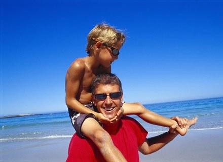 Dzieci są bardziej aktywne fizycznie jeśli ich rodzice uprawiają sporty zespołowe /ThetaXstock