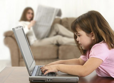 Dzieci są ciekawe otaczającej je rzeczywistości. /ThetaXstock