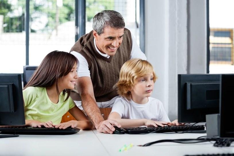 Dzieci są często o wiele aktywniejszymi użytkownikami Sieci niż ich rodzice. /123RF/PICSEL