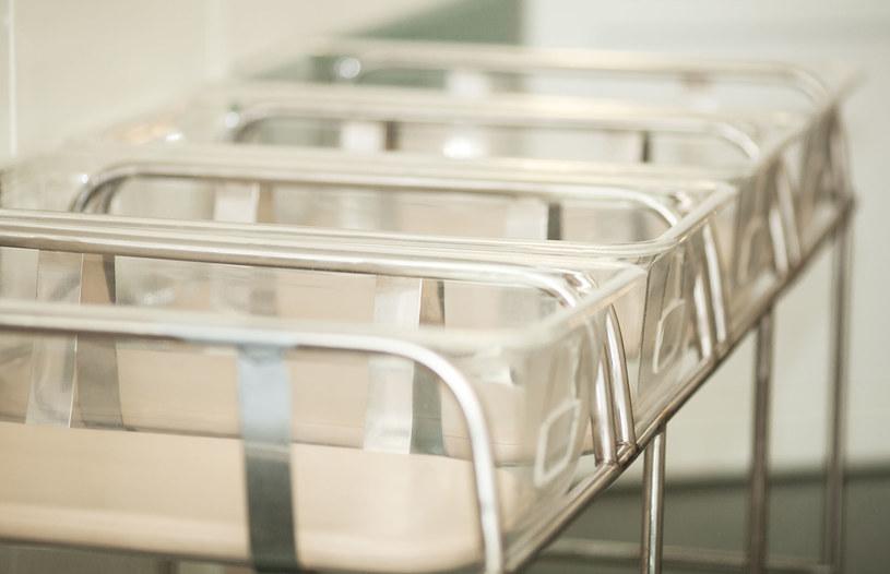 Dzieci są zdrowe, ale w najbliższym czasie pozostawać będą pod opieką lekarzy /123RF/PICSEL