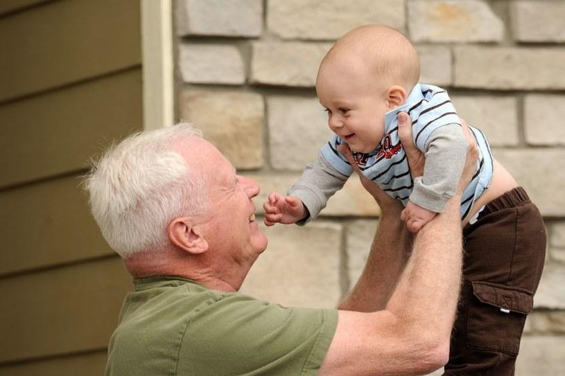 Dzieci starszych ojców są mniej atrakcyjne? /123RF/PICSEL