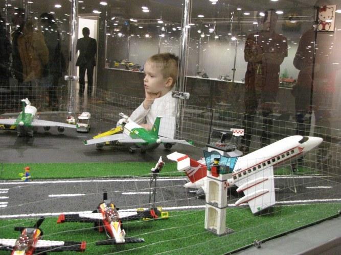 Dzieci szczególnie chętnie oglądają zbudowane z klocków samoloty /Agnieszka Wyderka /RMF FM