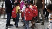 Dzieci uchodźców poszły do szkoły w towarzystwie policyjnej obstawy
