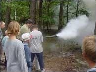 Dzieci uczą się m.in. gaszenia pożarów w lesie /RMF