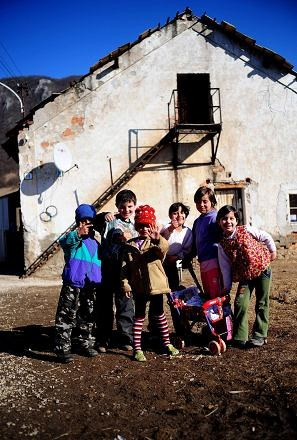Dzieci w jednej z romskich osad na Słowacji /AFP