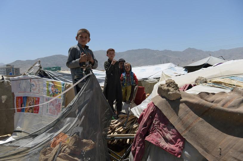 Dzieci w obozie dla uchodźców na obrzeżach Kabulu /SHAH MARAI /AFP