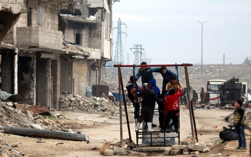 Dzieci w zniszczonym wojną Aleppo /PAP/EPA