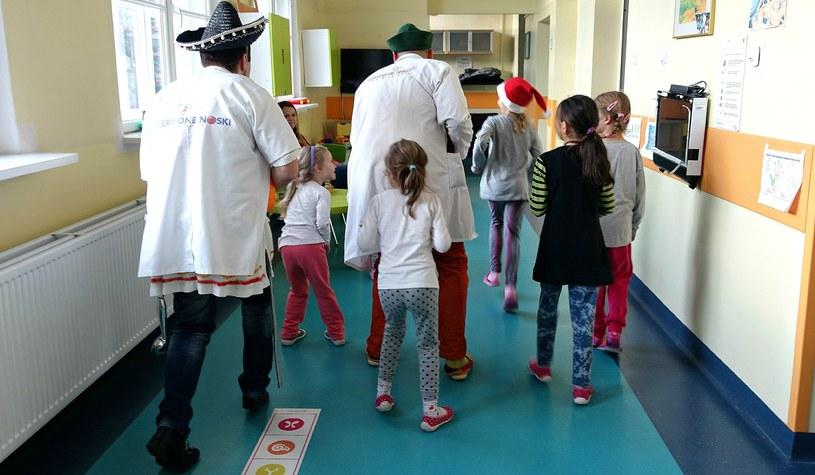 Dzieci wędrują z klownami do kolejnych sal /Jolanta Kamińska /INTERIA.PL