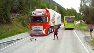 Dzieci wybiegły wprost pod koła ciężarówki...