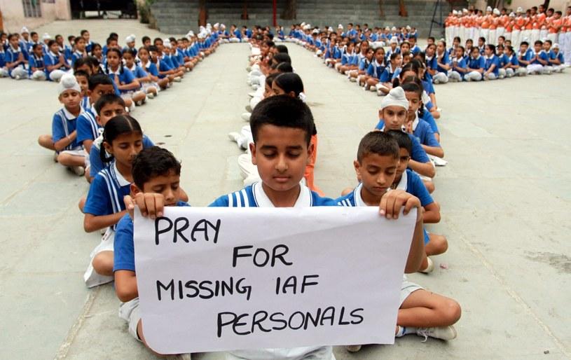 Dzieci z indyjskiej szkoły modliły się w intencji odnalezienia samolotu /JAIPAL SINGH  /PAP/EPA