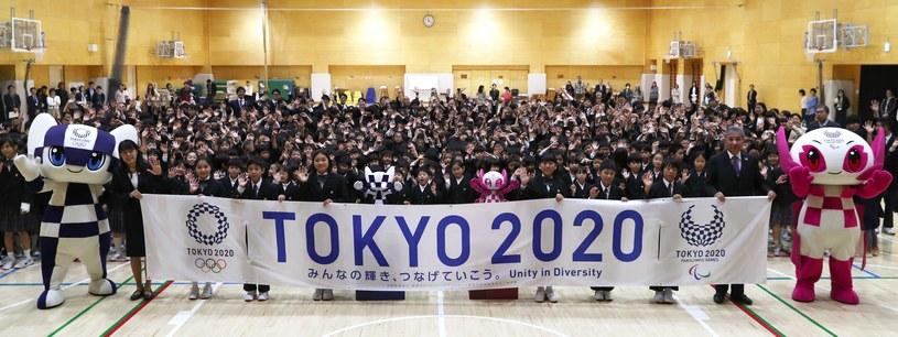 Dzieci z maskotkami igrzysk w Tokio /AFP