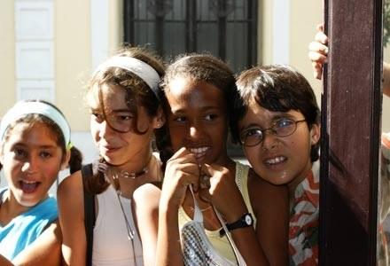 Dzieci z zainteresowaniem przyglądają się turystom /INTERIA.PL - Adam Nietresta