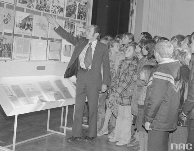Dzieci zwiedzają Muzeum Lenina w Warszawie /Z archiwum Narodowego Archiwum Cyfrowego