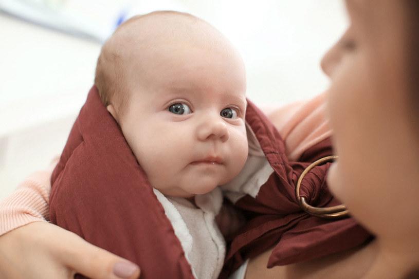 Dzieci zwykle dobrze reagują na chustowanie. Niektóre nigdzie nie zasypiają tak łatwo i szybko, jak w chuście /123RF/PICSEL