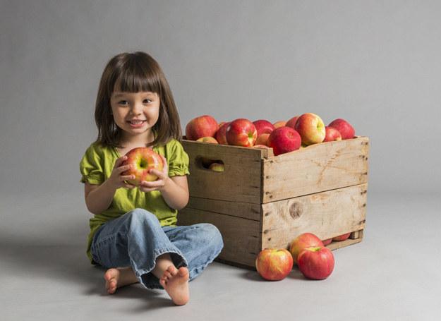 Dzieci żywione we właściwy sposób mniej chorują. /123RF/PICSEL