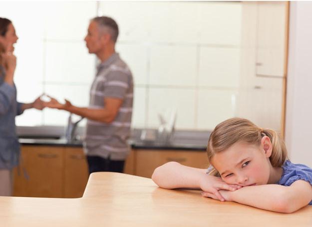 Dzieciństwo w rodzinie z uazleżnieniem pozostawia ślad na całe życie /© Panthermedia