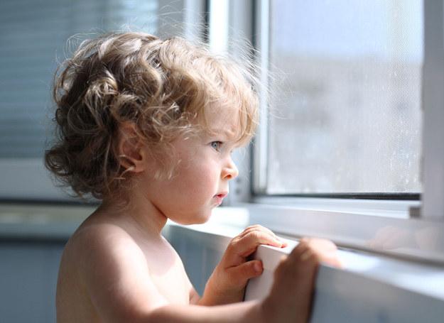 Dzieciom trudno jest znieść rozłąkę z tymi, których najbardziej kochają. /123RF/PICSEL
