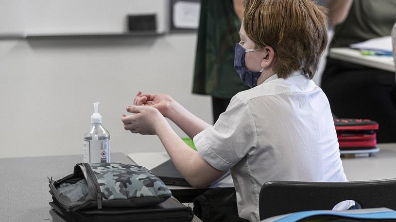 Dziecko dezynfekuje ręce podczas zajęć w szkole /Daniel Pockett/Getty Images /Getty Images