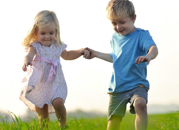 Dziecko, które ma wysoką samoocenę: czuje się chciany i kochany; z chęcią podejmuje wyzwania i próbuje nowych rzeczy; potrafi spontanicznie wyrażać swoje uczucia; umie określić, w czym jest dobry i co sprawia mu prawdziwą radość; potrafi pogodzić się z porażką /123RF/PICSEL