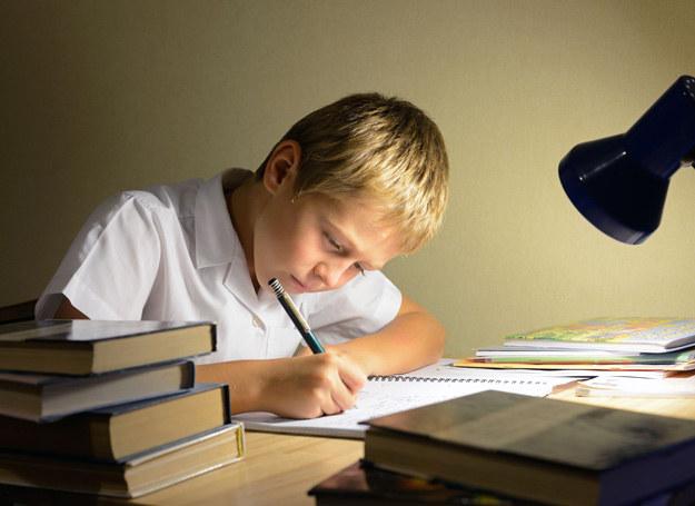 Dziecko musi mieć wartościowe posiłki by móc skoncentrować się na nauce. /123RF/PICSEL