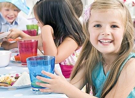 Dziecko najchętniej jadłoby parówki, chipsy słodycze i fast food /© Panthermedia