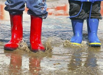Dziecko najlepiej hartować poprzez spacery i długie przebywanie na świeżym powietrzu /ThetaXstock