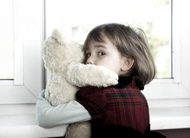 Dziecko pokazuje swoim zachowaniem, że dzieje się coś złego. /123RF/PICSEL