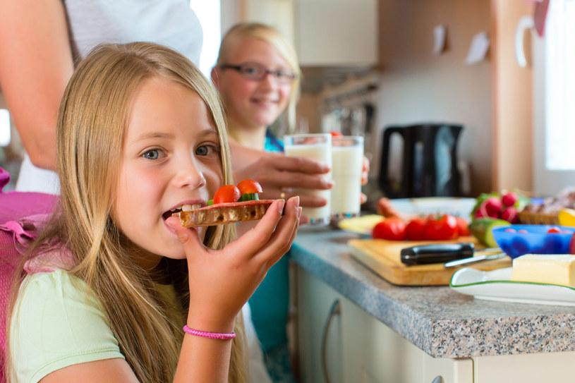 Dziecko powinno jeść co 3-4 godziny. Dobrze zbilansowana dieta poprawia pracę mózgu, wspomaga zdrowie i rozwój młodego człowieka /123RF/PICSEL