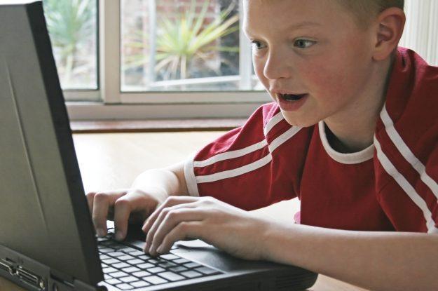 Dziecko powinno korzystać z komputera pod kontrolą dorosłych /stock.xchng