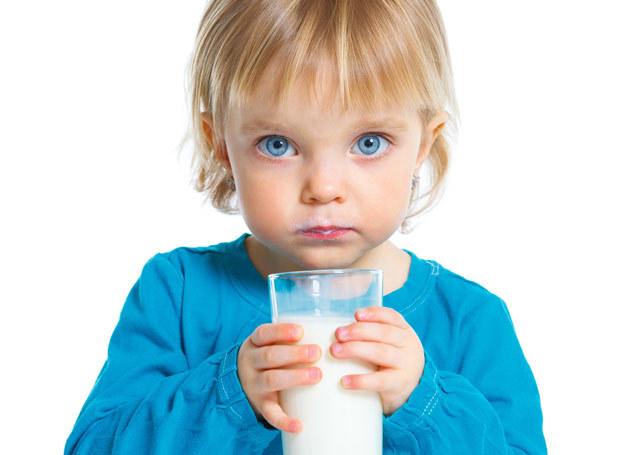 Dziecko powinno pić dwie szklanki dziennie mleka modyfikowanego do ukończenia trzeciego roku życia. /123RF/PICSEL