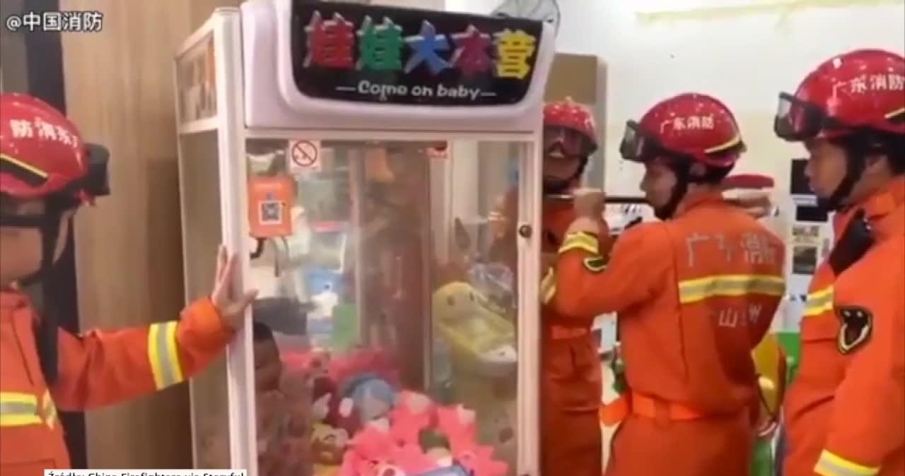 Dziecko utknęło w automacie do łowienia zabawek. Z ratunkiem przyszli strażacy