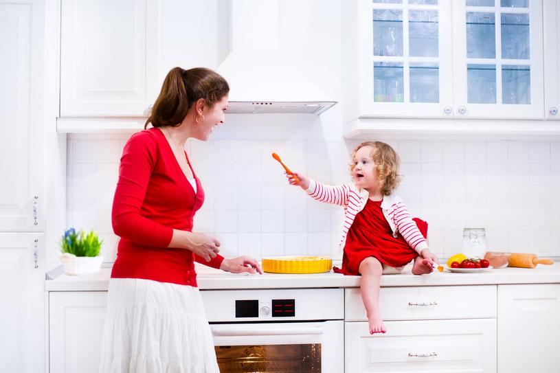 Dziecko w kuchni nie musi przeszkadzać. /123RF/PICSEL