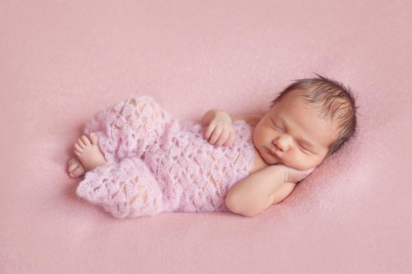 Dziecko w trakcie porodu naturalnego ma kontakt z korzystnymi bakteriami, pochodzącymi z dróg rodnych matki /123RF/PICSEL