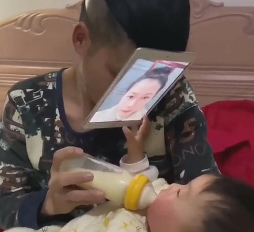 Dziecko wyciągało ręce do mamy /Newsflash /East News