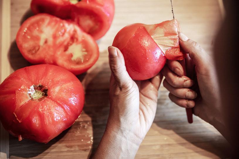 Dzięki blanszowaniu obieranie pomidora jest łatwe i szybkie /123RF/PICSEL