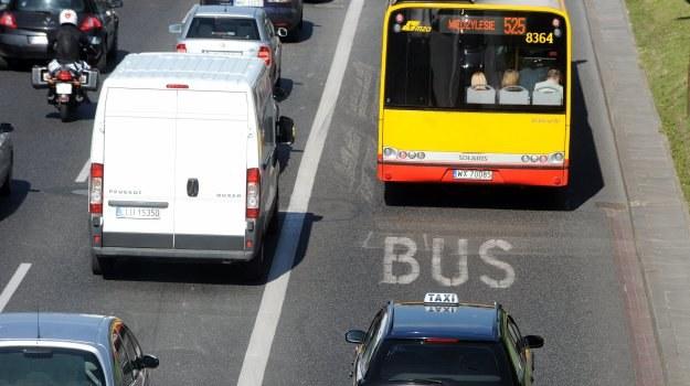 Dzięki buspasom czas przejazdu autobusem na Trasie Łazienkowskiej w Warszawie uległ skróceniu o około 30 proc. /Motor