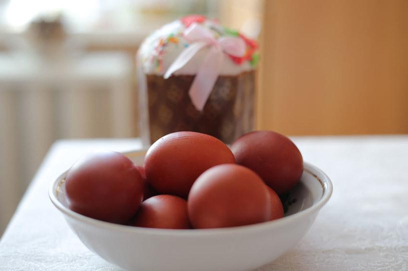 Dzięki cebuli w łatwy sposób można zabarwić jajka /123RF/PICSEL