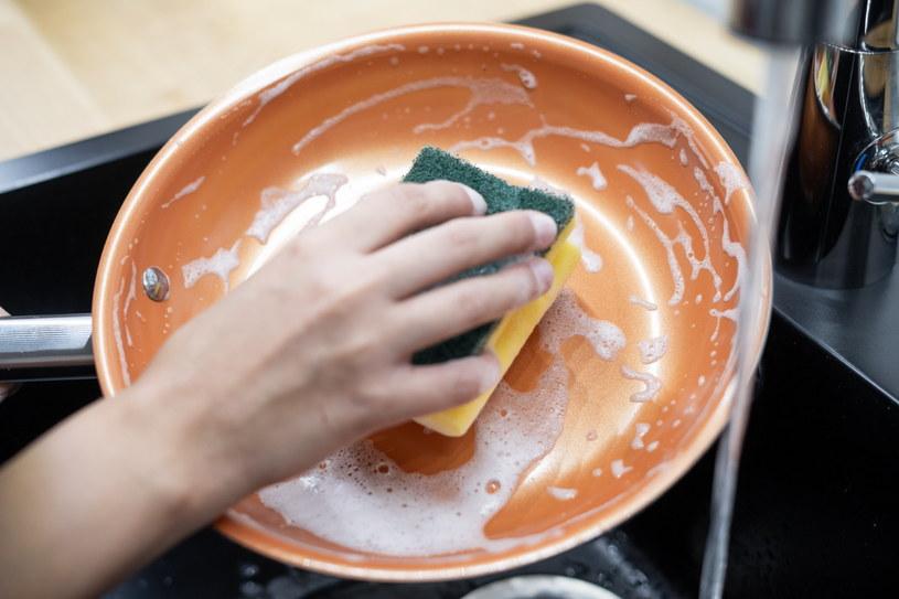 Dzięki cząsteczkom miedzi mycie patelni jest bardzo proste /INTERIA.PL