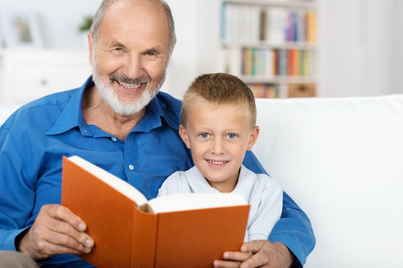 Dzięki dziadkom wnuki mogą poznać pewne umiejętności, których mamie czy tacie czasem brakuje /123RF/PICSEL