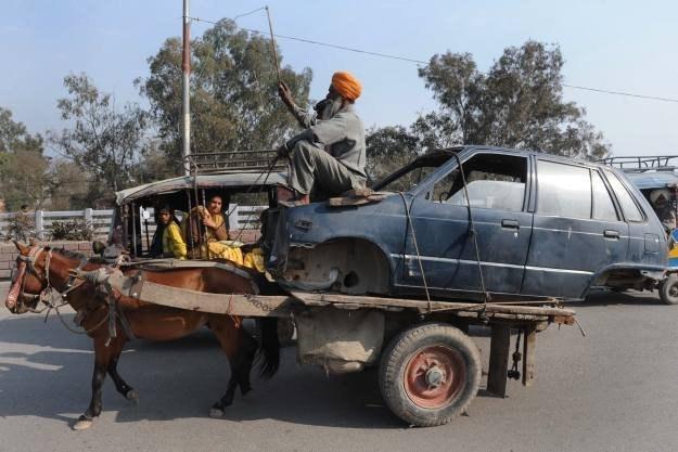 Dzięki Facebookowi policja z New Delhi wystawiła już 665 mandatów /AFP