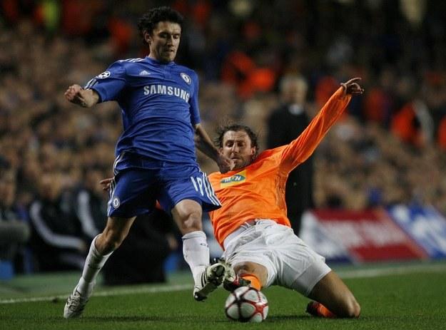 Dzięki grze na Cyprze Kamil Kosowski (z prawej) zrealizował sen o Lidze Mistrzów (tu gra z Chelsea). /AFP