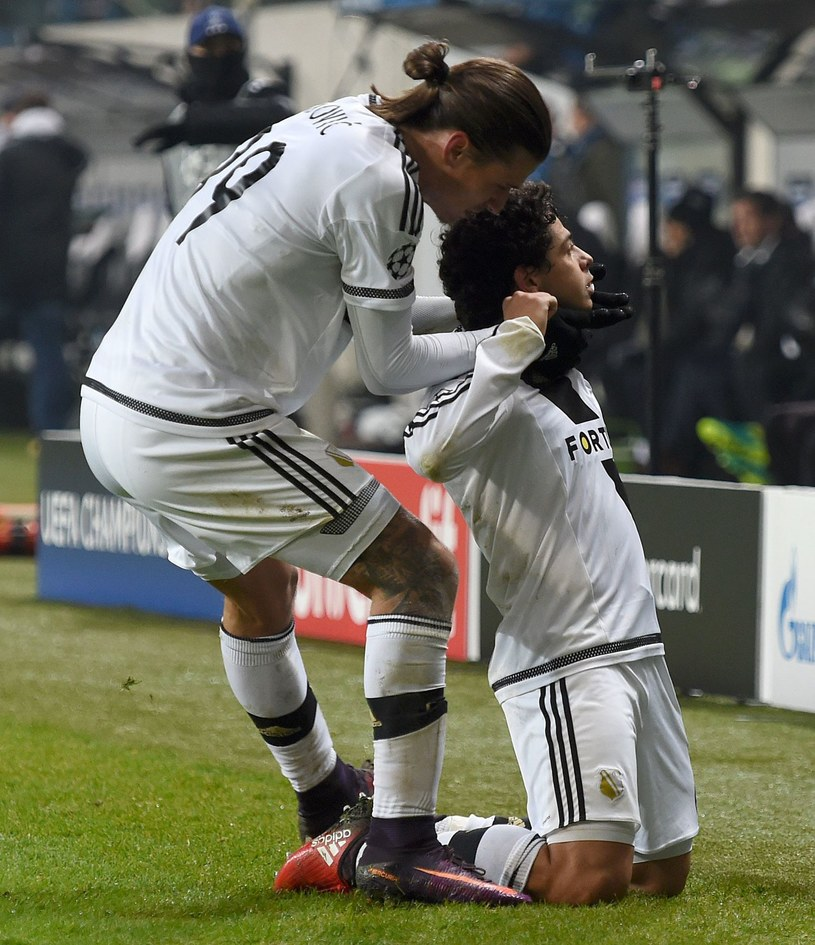 Dzięki grze w Lidze Mistrzów Legia (tu Aleksandar Prijowić i Guilherme) osiągnęła rekordowe wpływy. /AFP