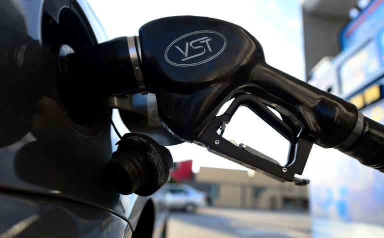 Dzięki  informacjom, które można zdobyć przy pomocy urządzeń mobilnych, oszczędzamy pieniądze - w tym także na paliwie /AFP