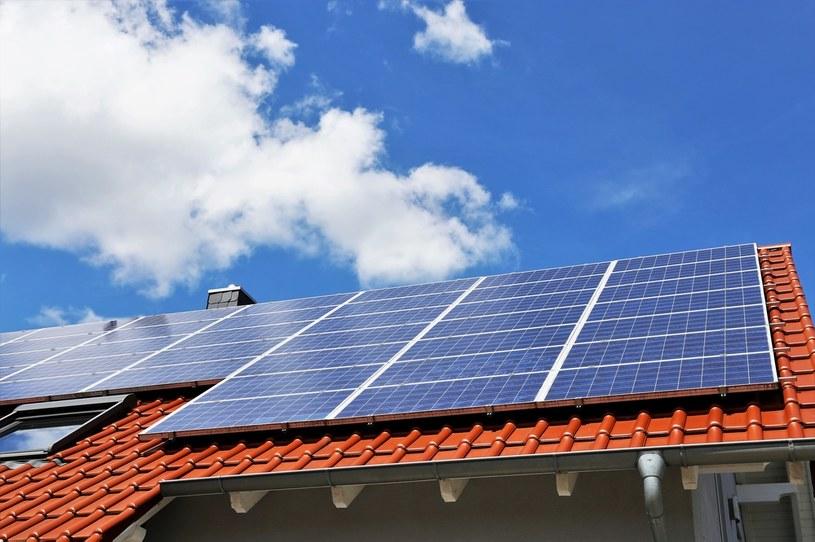 Dzięki instalacji fotowoltaicznej możemy zminimalizować comiesięczne koszty energii kupowanej z sieci /123RF/PICSEL