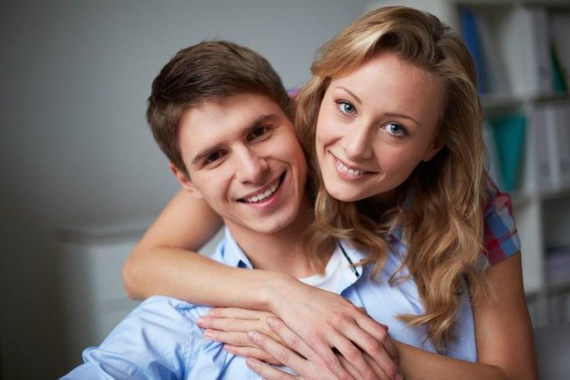 Dzięki inteligentnej żonie mężczyzna jest zdrowszy /123RF/PICSEL